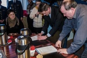 Borgmester i Qeqqata Kommunia Hermann Berthelsen (S) og formand for Styregruppen Morten Nielsen underskriver overdragelsespapirerne